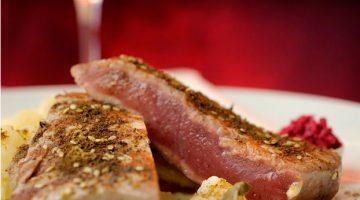 Atum grelhado em crosta de zahtar