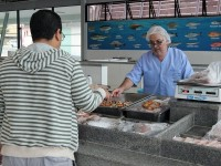 Mercado de Peixes faz controle de qualidade do pescado em Macaé, RJ