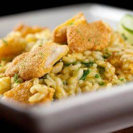 Aprenda a fazer um peixe crocante com risoto de limão
