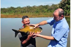 homem segurando peixe